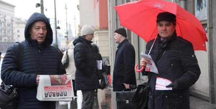 Депутаты-коммунисты выставили красные кубы возле московской Мэрии
