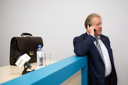 РИА Новости: В КПРФ предложили затянуть пояса и вновь сократить зарплаты чиновников